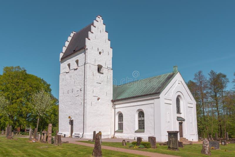Скандинавская белая церковь с шагнутыми щипцами стоковое изображение
