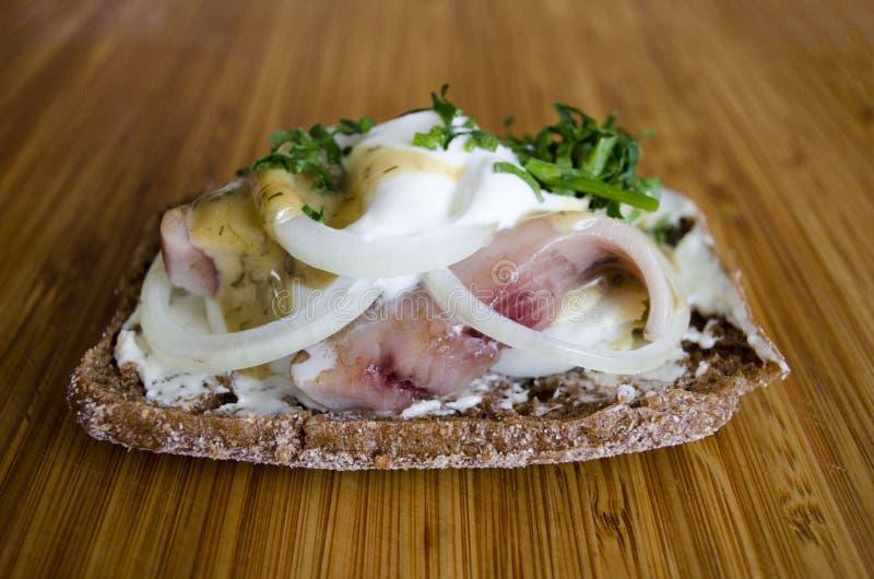 Скандинавский сэндвич со сливками и конец сельдей вверх стоковая фотография