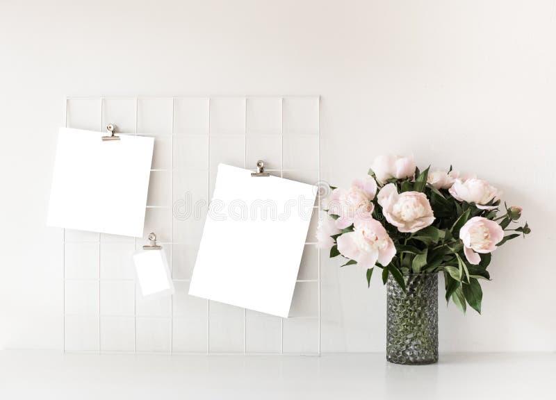 Скандинавское оформление просторной квартиры дома стиля с пионом цветет стоковые фотографии rf