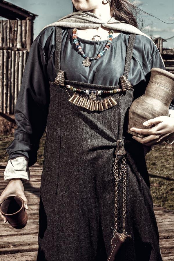 Скандинавская женщина с опарником стоковое фото rf