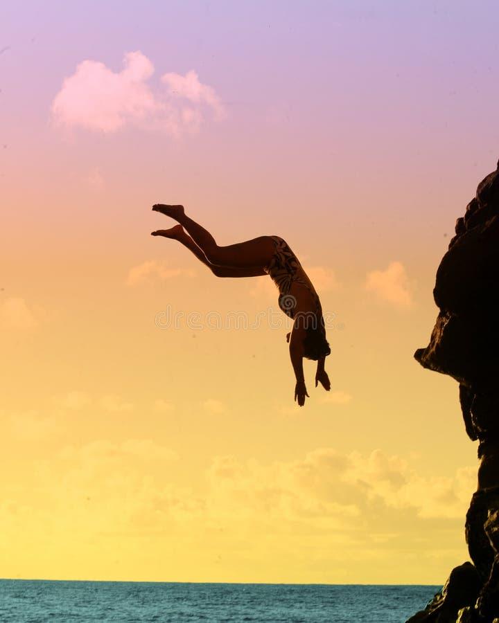 скача вода утеса стоковая фотография rf