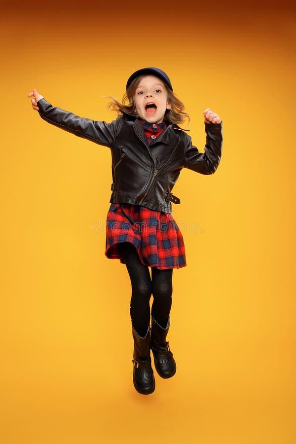 Скача девушка в модных одеждах стоковое фото rf