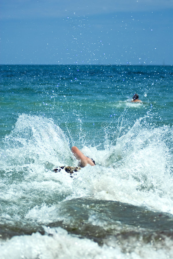 скача детеныши морской воды человека стоковое фото rf