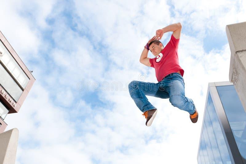 скача детеныши человека стоковые фото