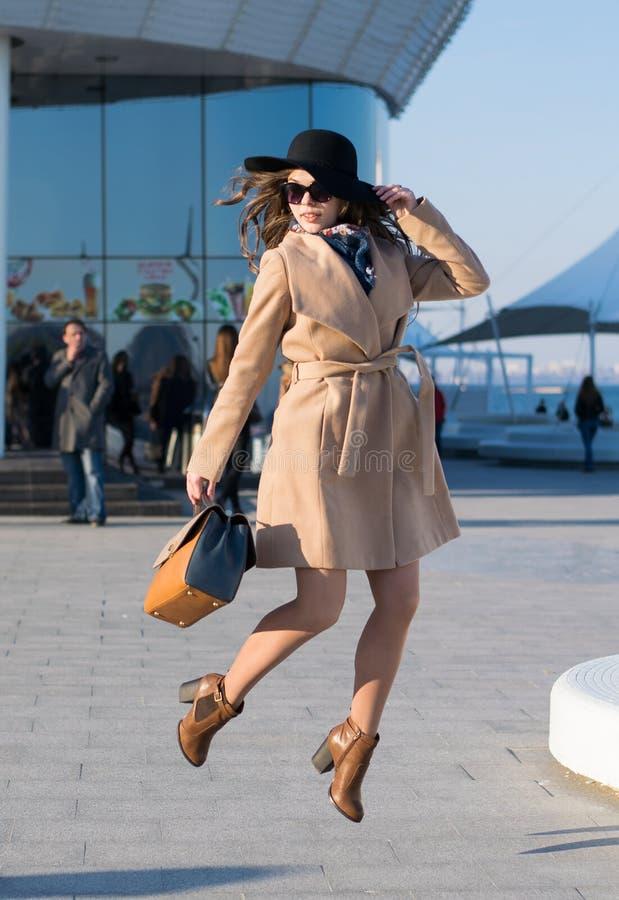 Скача девушка моды стоковые фото