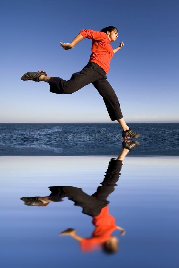 скача женщина спортов стоковое изображение