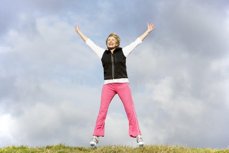 скача женщина старшия парка стоковые фото