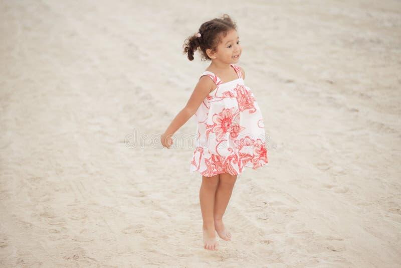 скача малыш песка стоковые фотографии rf