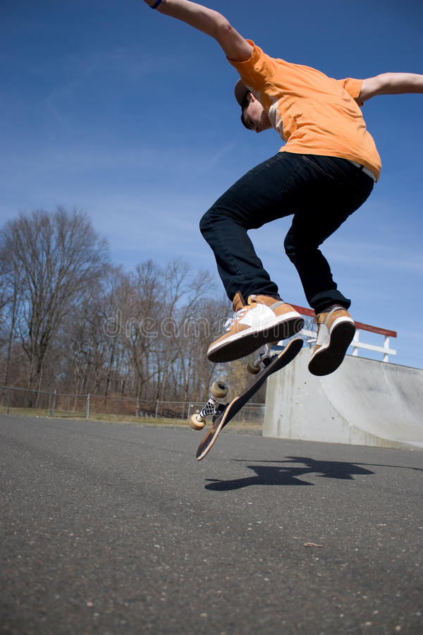 скача скейтбордист стоковое фото rf