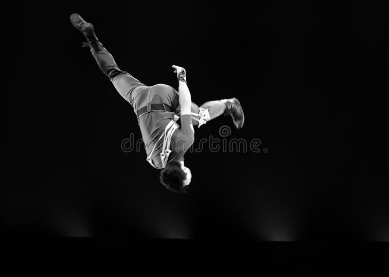 Скача современный танцор стоковая фотография