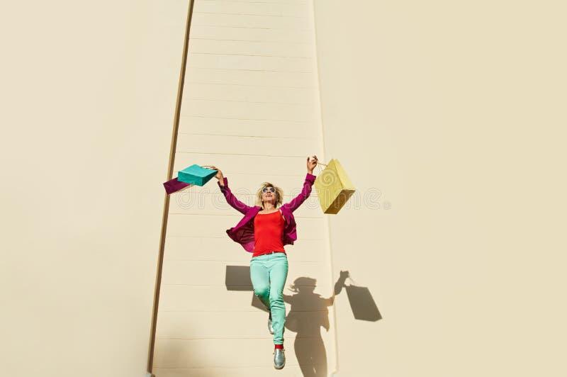 Скача хозяйственные сумки женщины стоковые фото