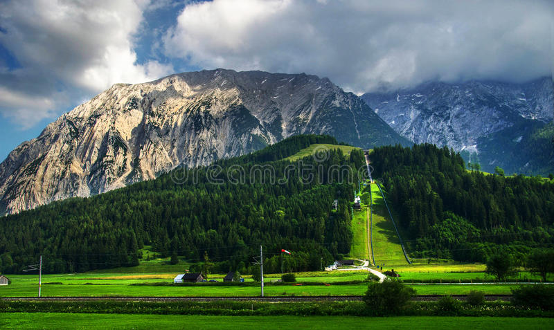 Скачка горных лыж стоковая фотография rf