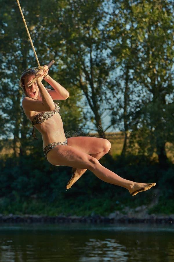 Скачка реки качания веревочки стоковые изображения rf