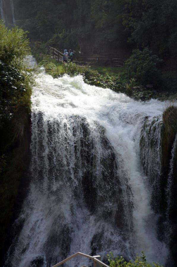 Скачка реки Velino водопадов Marmore (Terni Италии) вначале 3 стоковые изображения
