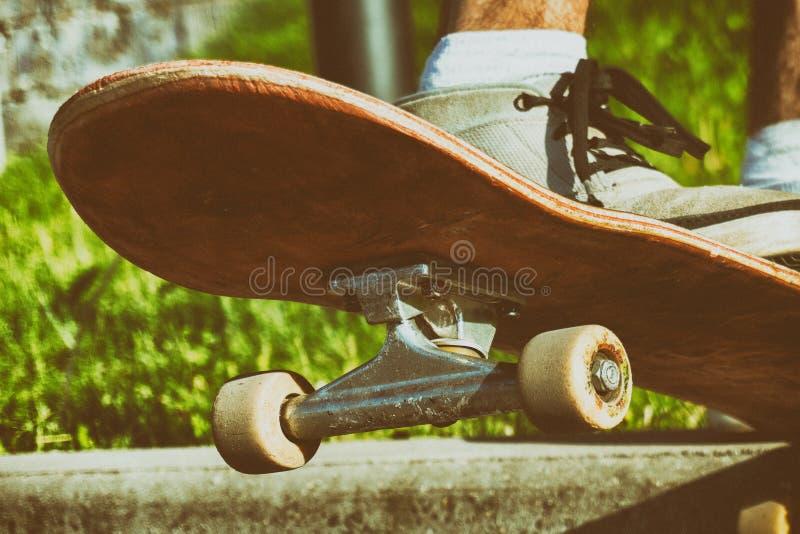 Скачка скейтборда Скейтбордист Ypung готовый для того чтобы сделать фокус на его доске Тонизированное год сбора винограда стоковое фото rf