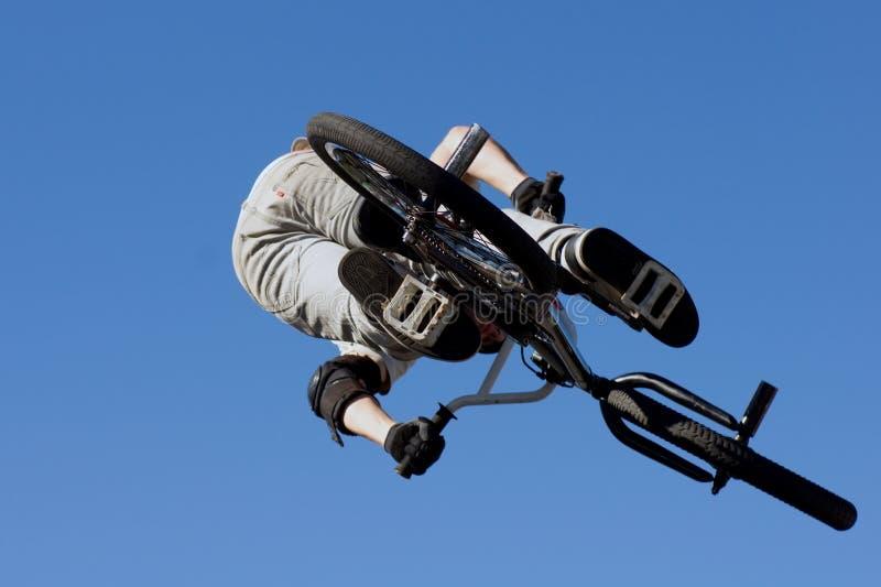 Скачка BMX вертикальная стоковые фотографии rf