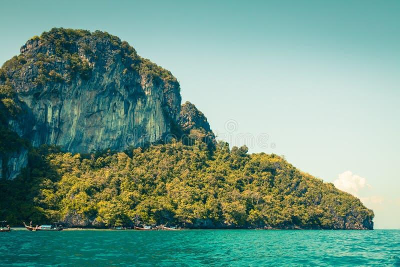 Скала и ясное море с шлюпкой около острова Phi Phi на юге стоковое изображение rf