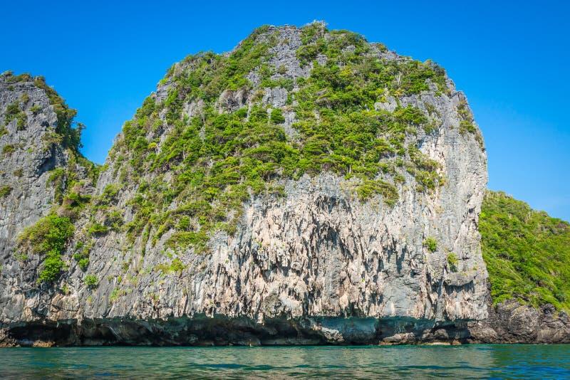 Скала и ясное море с шлюпкой около острова Phi Phi на юге стоковое изображение