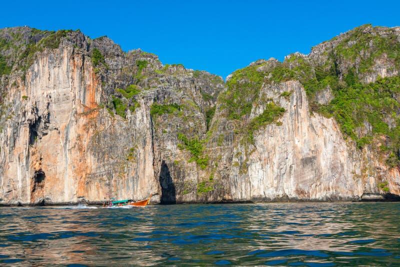 Скала и ясное море с шлюпкой около острова Phi Phi на юге стоковая фотография