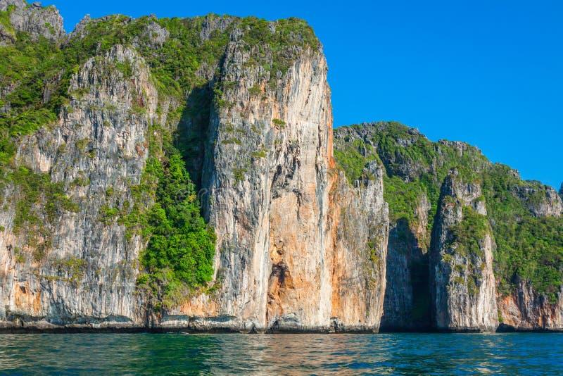 Скала и ясное море с шлюпкой около острова Phi Phi на юге стоковые изображения