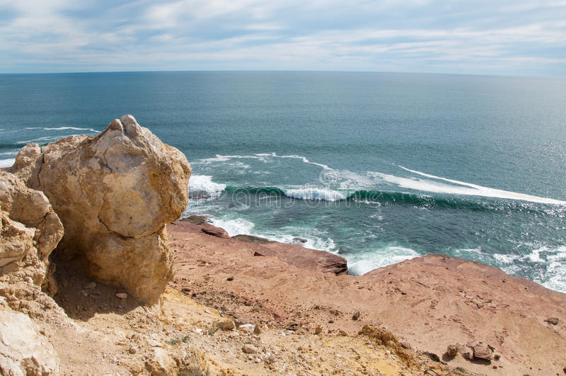 Скала песчаника с видом на океан стоковое фото rf