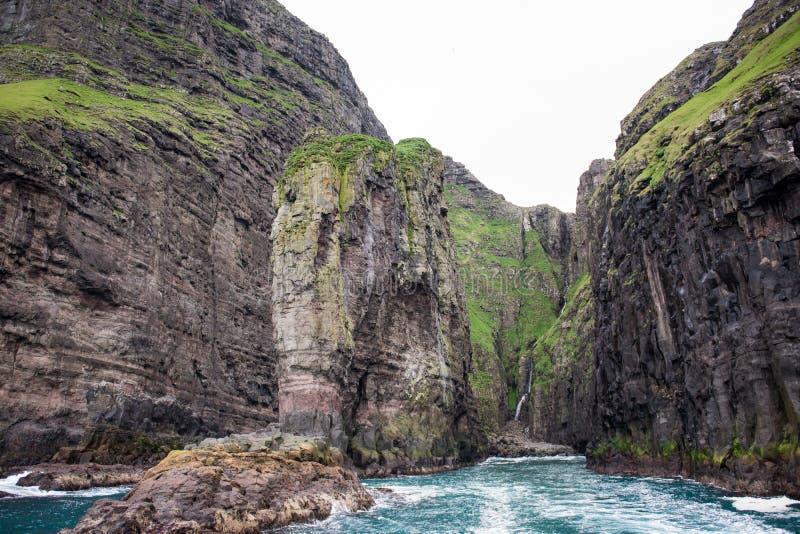 Скала слона форменная на Фарерских островах стоковое фото rf