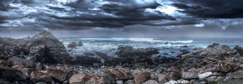 Скалистая береговая линия вдоль Калифорнии Pebble Beach стоковые изображения rf