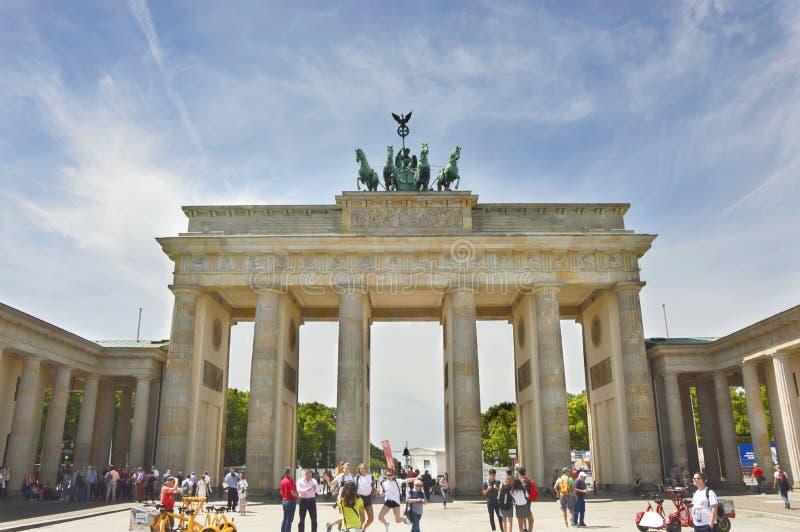 Скалистая вершина Brandenburger строба Бранденбурга оно ` s свод восемнадцатого века неоклассический триумфальный в Берлине, одно стоковые изображения