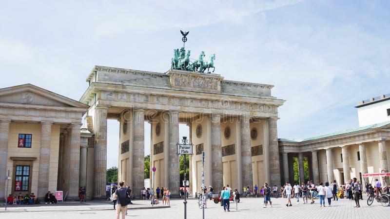 Скалистая вершина Brandenburger строба Бранденбурга оно ` s свод восемнадцатого века неоклассический триумфальный в Берлине, одно стоковые изображения rf