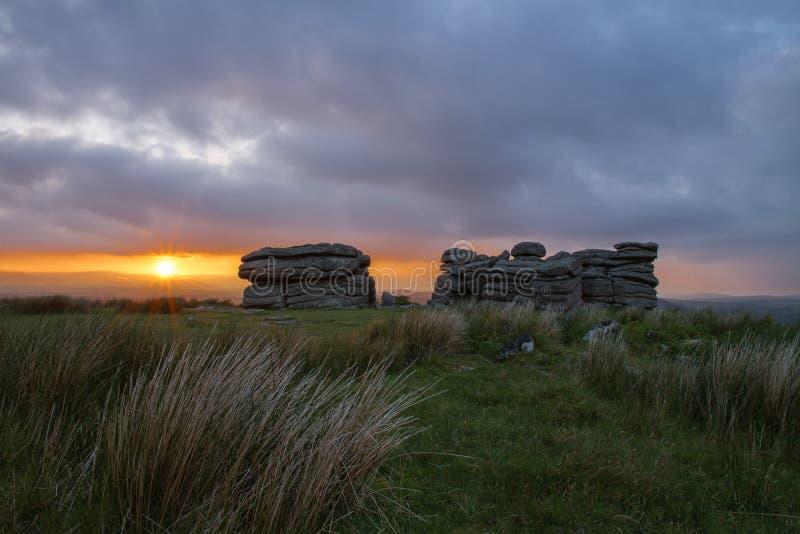 Скалистая вершина Dartmoor на заходе солнца стоковые изображения rf