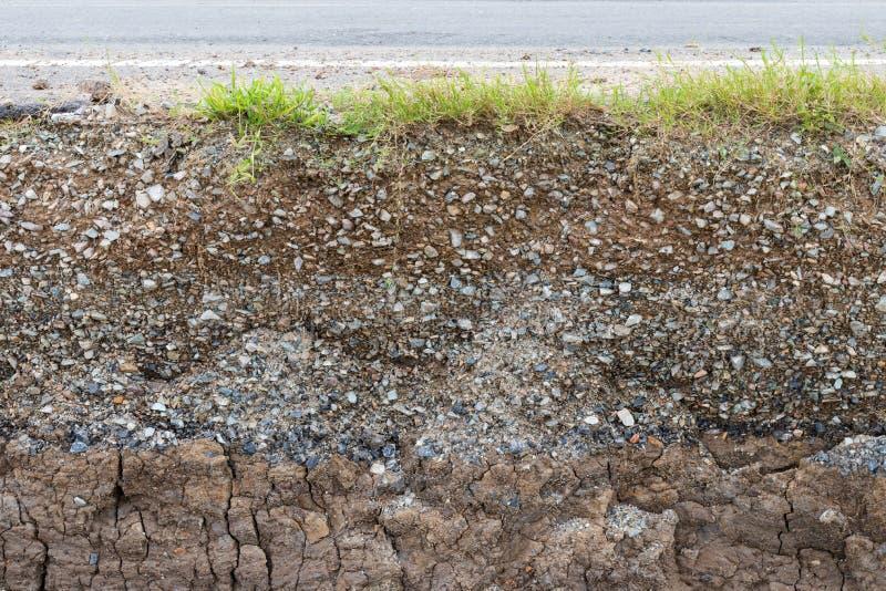Скалистая почва под асфальтом стоковая фотография