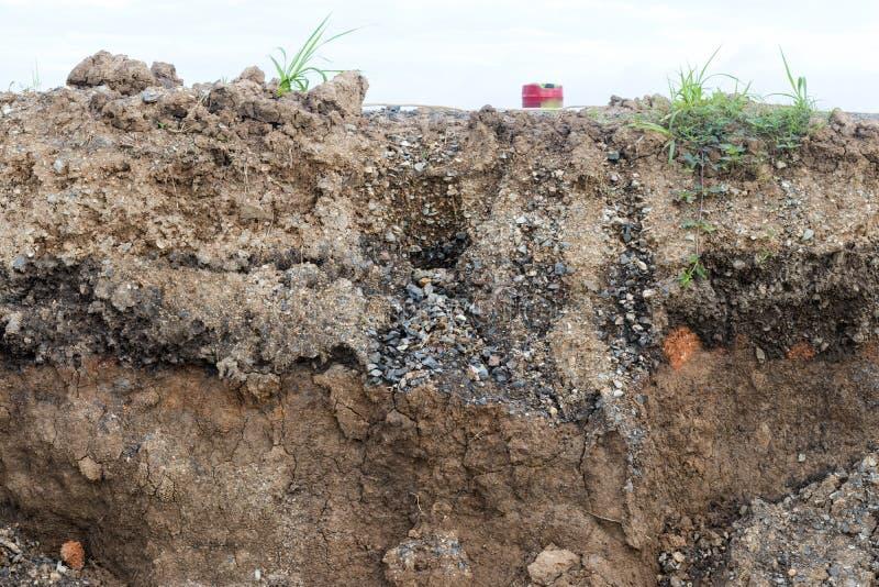 Скалистая почва под асфальтом стоковая фотография rf