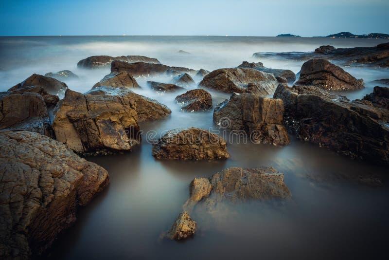 Скалистая часть внутри делает пляж сына стоковое фото rf