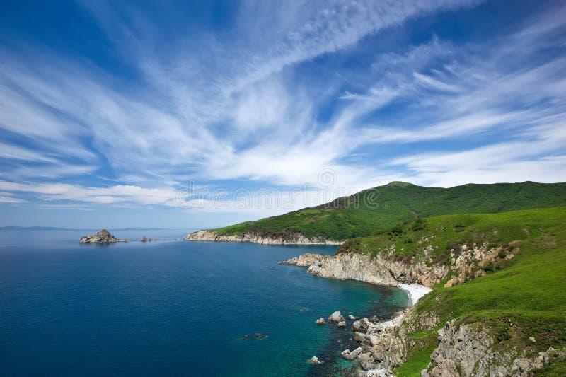 Скалистое побережье восточного моря стоковые изображения