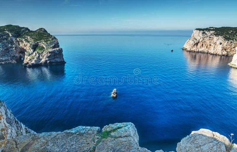 Скалистое побережье в каподастре Caccia стоковое фото