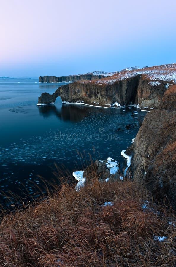 Скалистое побережье холодного утра зимы стоковое изображение