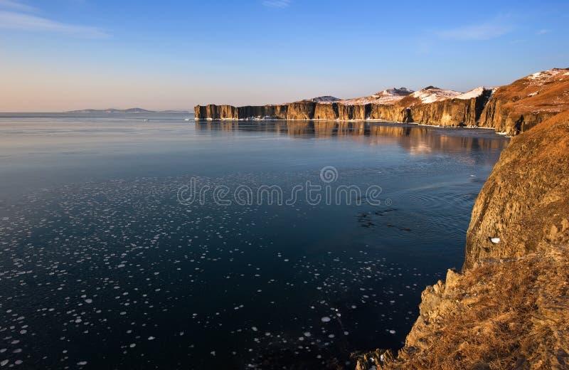 Скалистое побережье холодного утра зимы стоковые фотографии rf