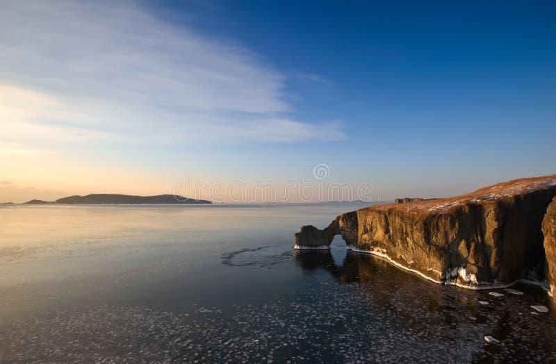 Скалистое побережье холодного утра зимы стоковая фотография