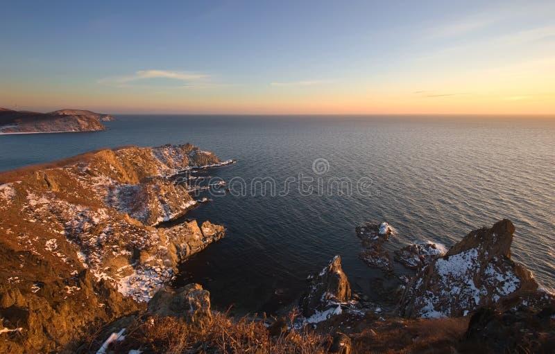 Скалистое побережье холодного утра зимы стоковые изображения rf