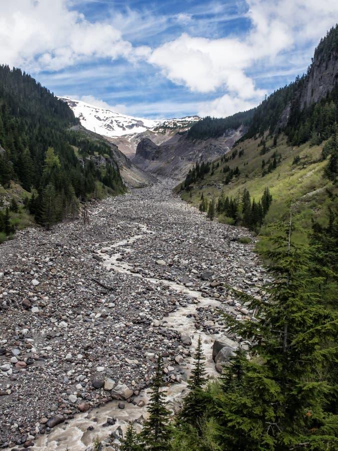 Скалистое русло реки через долину горы в годе засухи стоковые изображения rf