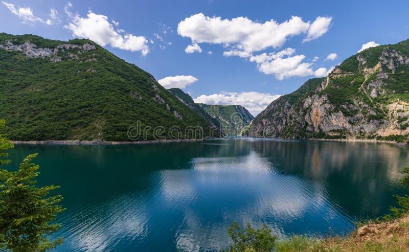 Скалистые берега озера Piva, отражения стоковые изображения