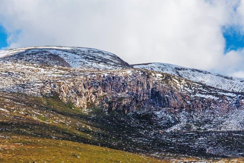 Скалистые выходы на поверхность предусматриванные в снеге на национальном парке Mount Kosciuszko стоковое фото rf