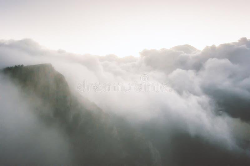 Скалистые горы скала и ландшафт облаков стоковые изображения rf