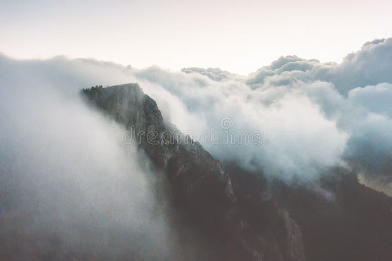 Скалистые горы скала и ландшафт шторма облаков стоковые изображения