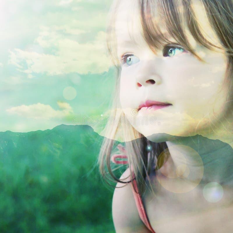 Скалистые горы с маленькой девочкой стоковые фотографии rf