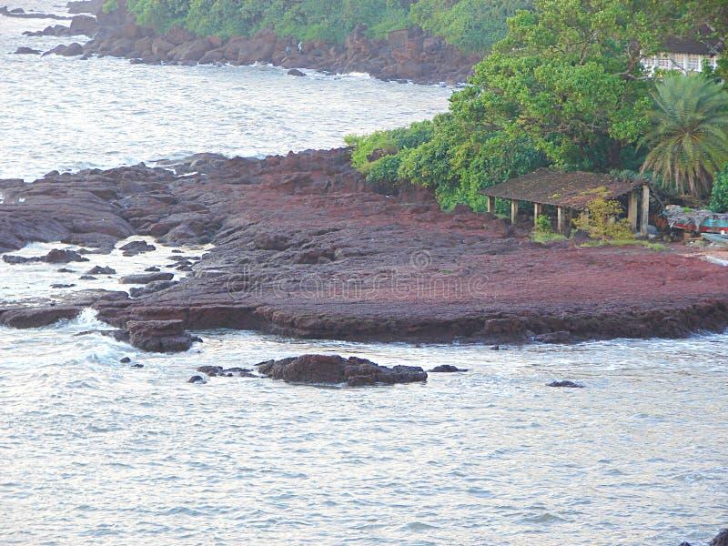 Скалистый берег Аравийского моря, Donapaula, Panaji, Goa стоковые фотографии rf