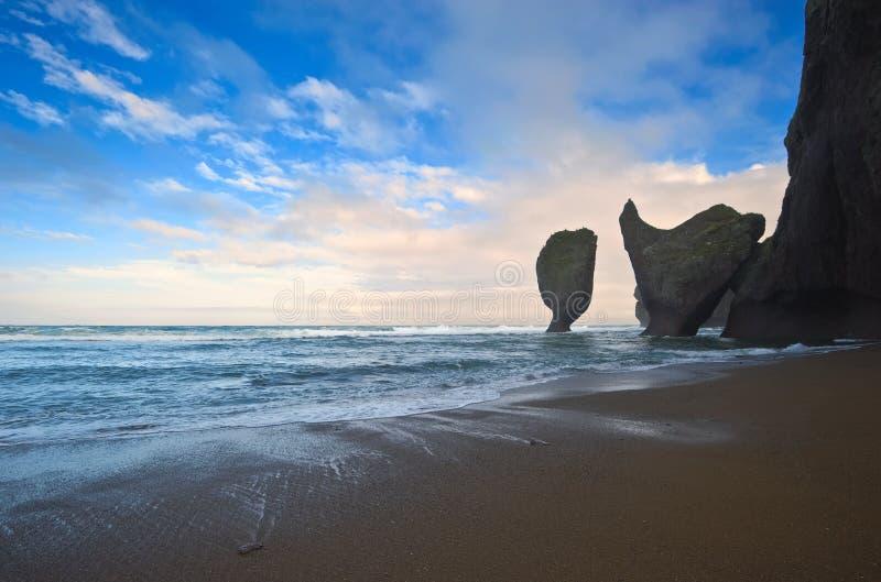 Скалистый пляж перед заходом солнца стоковое изображение rf