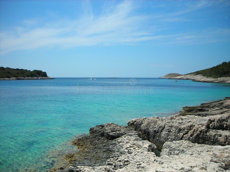 Скалистый пляж с бирюзой мочит, Hvar, Хорватия стоковые изображения rf