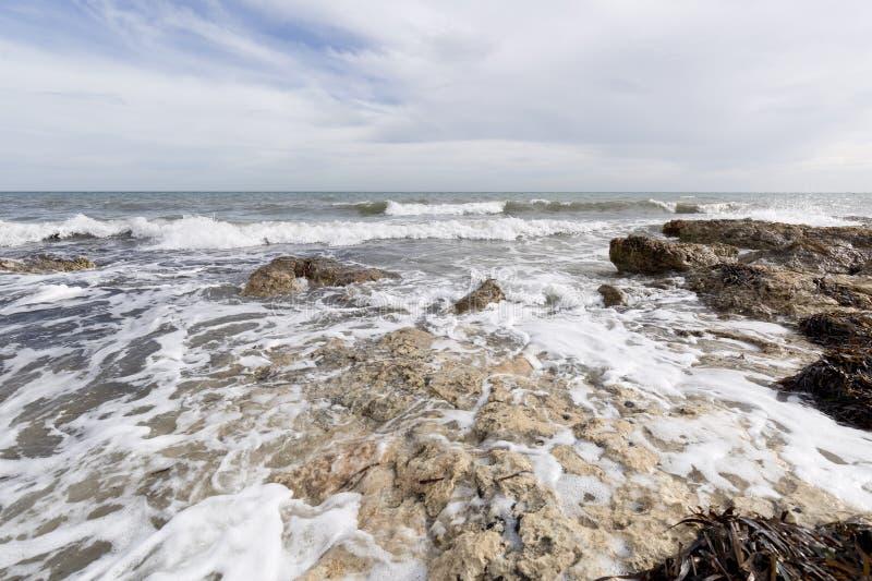 Скалистый пляж с волнами в Санте Pola стоковое фото rf