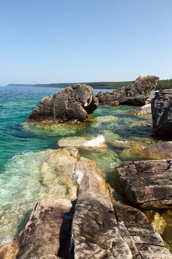 Download Утесистый пляж стоковое фото. изображение насчитывающей канада - 33734806